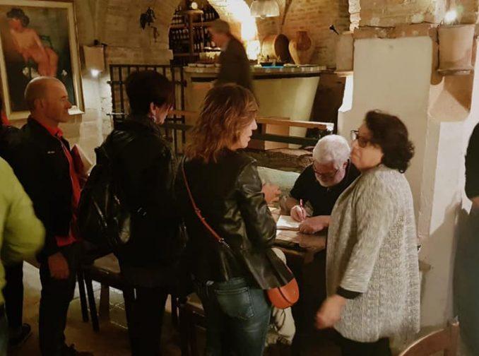 sessão autógrafos lançar livro exterior